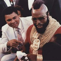 Former boxer Muhammad Ali and celebrity actor Mr. T talk to fans… – William Former boxer Muhammad Ali and celebrity actor Mr. T talk to fans… News Photo : Former boxer Muhammad Ali and celebrity actor Mr…. Muhammad Ali, Sports Illustrated, Kickboxing, Larry Holmes, Photo Star, Float Like A Butterfly, Ju Jitsu, Vintage Black Glamour, Sport Icon