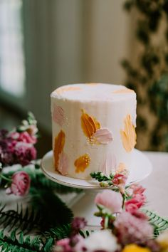 It's as if Joanna Gaines dreamt up a colorful and bright farmhouse-inspired wedding day and we're here for it. Wedding Colors, Wedding Styles, Wedding Flowers, Wedding Day, Reception Food, Joanna Gaines, Amazing Cakes, Farmhouse Style, Sunnies