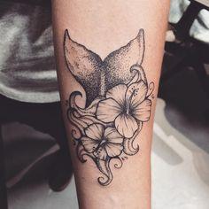 Tatuagem criada por Jacque López de Florianópolis. Rabo de sereia em pontilhismo com flores delicadas.