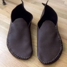 Learn to make leather soles to make your moccasins last longer. This tutorial will show you step by step how to make your soles keeping the soft-soled quality of your moccasins and making them stronger. Leather Slippers For Men, Handmade Leather Shoes, Best Barefoot Shoes, How To Make Shoes, How To Make Moccasins, Make Your Own Shoes, Mocassins Cuir, Minimalist Shoes, Shoe Pattern