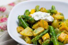 Ein Kartoffelsalat, der perfekt in den Frühling passt: Gebackene Kartoffelstückchen treffen auf süße Mango und knackigen Spargel - yummi!