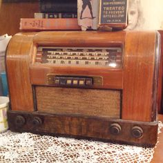 Awesome Vintage / Antique RADIO Find ! ...... Find your Treasures ....... Download the App : FLEATIQUE on the App Store ...... FLEATIQUE is an App for IPhone 5 , 5s , 5c ........ Find it on the App Store now ! ......... radios old radio antique antiques fleamarket flea market vintage store mall shop market decor style 1950's 1950s 1940's 1940s mid century modern pickers american junk gypsy gypsies