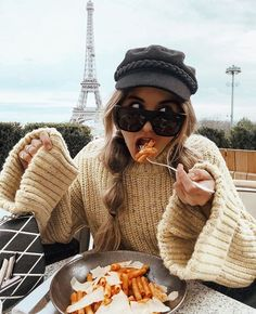 Someone in this pic likes pasta and it's not the iron lady in the background. Europe Outfits, Paris Outfits, France Outfits, The Iron Lady, Poses Photo, Mode Shoes, Mode Blog, Winter Mode, Oui Oui