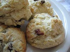 Quick and easy, these warm, soft and flaky tea biscuits with a crisp golden crust dotted with raisins and dried cranberries are the perfect treat to serve in the morning or afternoon Vegetarian Recipes Easy, Healthy Recipes For Weight Loss, Healthy Foods To Eat, Eating Healthy, Cranberry Tea, Tea Benefits, Health Benefits, Tea Biscuits, Peppermint Tea