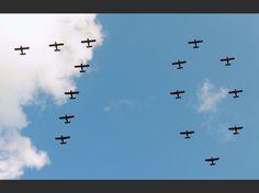 Corée du Nord : des festivités tout sauf spontanées. Des avions dessinent le nombre 70 dans le ciel de Pyongyang.