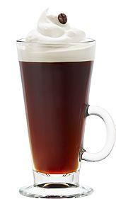 Le café espagnol: 30 ml (1 oz) de liqueur de café // 30 ml (1 oz) de rhum ambré ou de rhum blanc // Café // Crème fouettée // Grain de café Cocktails, Coffee Wine, Liqueur, Beverages, Drinks, Good Mood, Alcohol, Mugs, Tableware