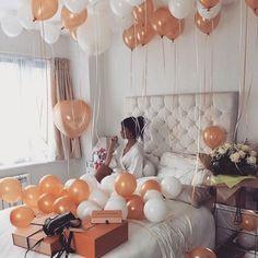 decoracion con globos en el techo para sorprender