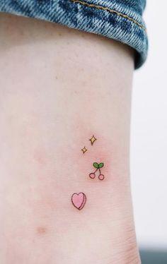 Hay muchos estilos de tatuajes algunos connotan elegancia, como las flores definidas con sombras y puntillismo; otros que no son tan sofisticados pero emanan amor y significados especiales, pero por otro lado están esos tattoos que en realidad sólo por moda, muchos querrán hacerse. Nos referimos a esos diseños sencillos que nos recuerdan el poder del minimalismo, inspírate con estos diseños para elegir tu próximo tatuaje. #PinCCDiseño #Diseño #Tattoo #tatuajes #minimal #design Cute Tiny Tattoos, Dainty Tattoos, Dream Tattoos, Pretty Tattoos, Beautiful Tattoos, Body Art Tattoos, Cool Tattoos, Tatoos, Cool Little Tattoos