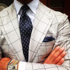 Ties & Handkerchiefs for the modern day trendy gentleman. Gentleman Mode, Gentleman Style, Mens Fashion Blog, Suit Fashion, Sharp Dressed Man, Well Dressed Men, Marcelo Mello, Vetement Fashion, Vogue