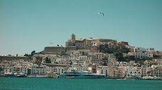 Als ich den stadtbekannten Immobilienhändler Gerhard Walde vor vielen Jahren einmal fragte, welche drei Eigenschaften für die Wahl einer Immobilie wirklich zählen, sagte er: Lage, Lage und nochmals Lage. Beim Hotel Rocamar auf Ibiza zählen für mich exakt diese Werte. Obendrein ist es trotz der genialen Lage eine ruhige Bleibe.