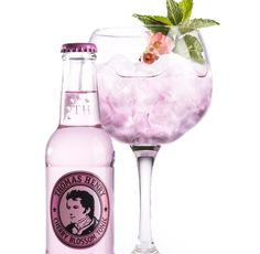 Cherry Blossom Tonic by Thomas Henry for the best drinks - Liquid tribute to the cherry blossom festival. The cherry blossom is one of the most important symb - Pink Gin Cocktails, Cocktail Drinks, Mezcal Cocktails, Fancy Drinks, Tonic Water, Gin And Tonic, Cocktails For Beginners, Drinks Alcohol Recipes, Alcoholic Drinks
