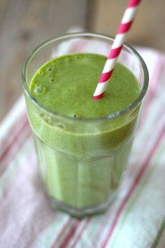 Groene smoothie met banaan en mango - 1 banaan, 100 mL yoghurt, 100 gram mango en 80g spinazie (diepvries?)