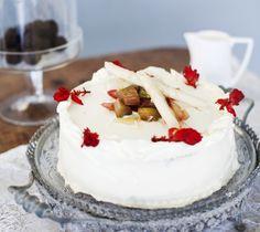 Vanilja-raparperikermakakku. Juhlakakku saa sisäänsä raparperihilloketta ja ihanaa vaniljatäytettä. / Perfect party cake which tastes like vanilla and rhubarb.
