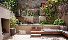 escaleras y sofa de madera en el jardín y caida de agua preciosa