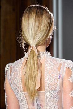 Look con estética romántica en el desfile de Valentino. Foto: Imaxtree