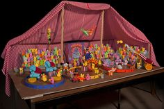 Peepling Brothers Circus. 2010 Pioneer Press Peeps contest first-place winner. Created by St. Paul-area Schomburg family. Peep Show, Marshmallow Treats, Easter Peeps, History Projects, Work Party, Crafts For Kids, Diorama Ideas, Lent, Funny Signs
