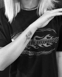 Tattoo femminili, idea per un tatuaggio rosa da fare vicino al polso della mano
