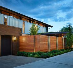 Holz Zaun bauen Betonweg anlegen Stauden Haus