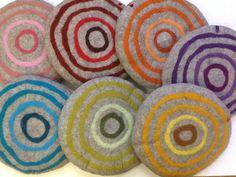 Sitzkissen  Filz Bunte Kreise auf hellgrau von lieberfilz via dawanda.com Diy Projects To Try, Sewing Projects, Sewing School, Wool Art, Needle Felting, Wool Felting, Soft Furnishings, Felt Crafts, Bunt