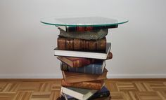 DIY side table made from old books + Tutorial Refurbished Furniture, Furniture Makeover, Diy Furniture, Diy Home Decor Easy, Diy Home Decor Bedroom, Round Glass Table Top, Old Book Crafts, Book Table, Old Books