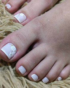 As unhas decoradas dos pés não são tão comuns como a das mãos, mas também estão fazendo muito sucesso entre as mulheres mais estilosas que não abrem mão de um visual completo e combinado. As unhas dos pés decoradas trazem modelos para todos os gostos onde as mais simples e fáceis de fazer são as… Feet Nail Design, Toe Nail Designs, Summer Toe Nails, Feet Nails, Bridal Nails, Pedicures, Chocolates, Converse, Romantic Nails