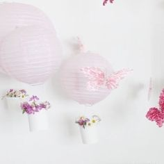 Kesän kaunein synttärikoristeluidea tytön juhliin tulee Eerikalta @talotarinoi ✨K U I N K A  IHANAT kuumailmapallot luonnonkukkakoreilla 😍 Kurkkaa lisätietoa Eerikan feedistä, (which I absolutely adore👌) ja lisäkuvia 5v-synttäreistä löytyy myös blogista. • • • Totally fell in love with this partydecoration idea -flowery hot air balloons!  Perfect for little girls dream party✨