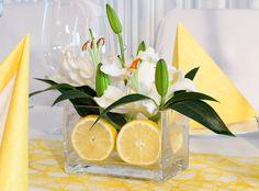 """Glasvase mit fruchtigen Zitronen als zauberhaftes Deko-Element - Tischdekoration """"zitroniges Gelb""""- meine-hochzeitsdeko.de"""