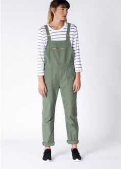 A utilitarian twist on the iconic bib overall. With a classic Levi's fit and premium cotton construction, these dungarees can seamlessly translate into any season.