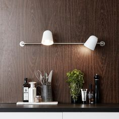 Smart væglampe fra Markslöjd i metal. Conrad lampens to lampehoveder kan nemt justeres, så lyset altid er der hvor du skal bruge det. Køb Conrad lampe her.