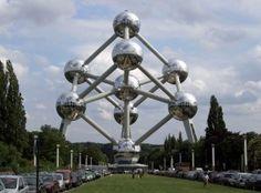 Bruksela postrzegana jest jako stolica Flandrii w Belgii i Europy. Bruksela jest siedzibą króla i parlamentu belgijskiego, a ponadto jest siedzibą instytucji Unii Europejskiej, NATO i Euroatomu.