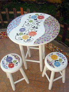 Base: Mosaico de azulejos cerâmicos  Pés: em madeira pintada ou envernizada    Medida da mesa: 0,74 cm de altura x 0,60 de diâmetro  Medida do Banco: 0,49 cm de altura e 0,27 de diâmetro