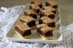 Sünis kanál: Csokis, dióhabos sütemény Sweets, Food, Sheet Cakes, Bakken, Gummi Candy, Candy, Essen, Goodies, Meals