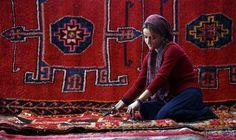 صانع السجاد اليدوي في تركيا يحول الخيوط إلى لوحات فنية: تتدحرج كرة صوف ملونة في مكانها بينما ينسج المواطن التركي حسن إيليشيك، من خيوطها…
