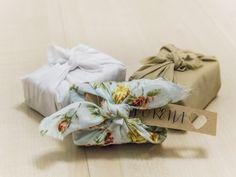 Jabón artesanal de 100gr. Presentado en telas y estampados variados con los colores de la boda. Nos pondremos en contacto contigo para que nos proporciones tanto el aroma que deseas como el archivo para la imagen o el texto para imprimir. Ref JA003.Los aromas y propiedades disponibles son los siguientes:oAceite de oliva (elasticidad y protección de la piel)oAloe vera (pieles grasas, acneicas y sensibles)oÁrbol de te (antiséptico y fungicida)oArcilla (pieles gra...