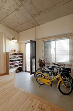 <p>自転車を置く以外にもさまざまに使えそうな玄関土間。</p> Home Diy, House Styles, House Design, Wooden Cottage, Natural Interior, Muji Home, Building A House, Interior Design, Home Decor