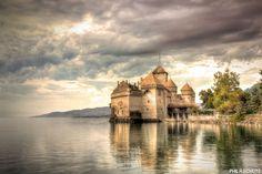 Bonjour, le château de Chillon au bord du lac Léman, tant de courses d'école s'y sont déroulées :) #Switzerland