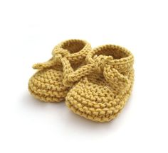 Knitted Baby Shoes - Garter Stitch Ballerinas [ EASY Pattern & Tutorial ] Learn how to Make these cute Knitted Baby Shoes made with GARTER stitch. FREE Step by Step Pattern & Tutorial. Very EASY! Baby Knitting Patterns, Baby Booties Knitting Pattern, Baby Shoes Pattern, Knit Baby Booties, Booties Crochet, Crochet Baby Shoes, Baby Patterns, Knitted Baby, Knitting Tutorials