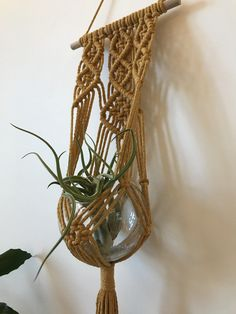 Macrame Wallplanthanger by Solmuja Sydämellä Macrame Plant Hangers, Macrame Design, Wall Hangings, Things To Do, Projects To Try, Fiber, Weaving, Crochet, Plants
