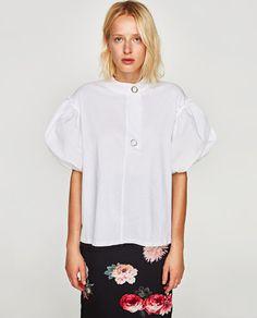 T-shirts, tops et hauts basiques ou originaux pour femme en soldes chez  ZARA. Achetez en ligne avec ENVOI GRATUIT.