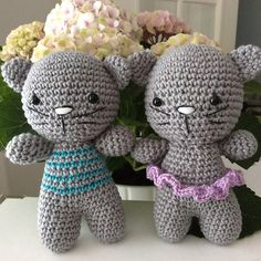 Free pattern for making a small amigurumi cat with joined legs. The kitty has two versions: with striped blouse or ruffled skirt. Of course you can make it without any clothing at all.