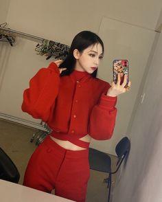 Cute Korean Girl, Bias Wrecker, Korean Singer, Kpop Girls, Girl Group, Avatar, Mirror, The Originals, November 17