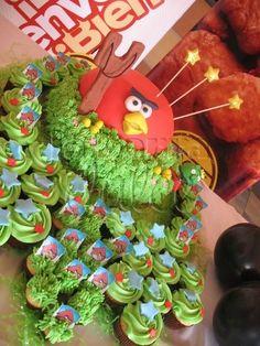 Angry Birds cupcakes and cake pastel y cubiletes de la barra dulce en Guatemala By labarradulce on CakeCentral.com