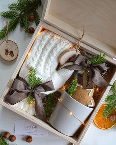 Christmas Baskets, Christmas Eve Box, Simple Christmas, Creative Gift Baskets, Creative Gifts, Homemade Gifts, Diy Gifts, Gift Box Design, Gift Wraping