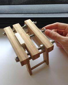 Libros pequeños requieren equipos pequeños. Miniatura de prensa de encuadernación - Small books call for small equipment. Miniature laying press.