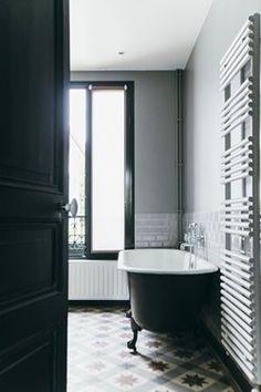 Vasca da bagno vintage in ceramica bianca e nera.