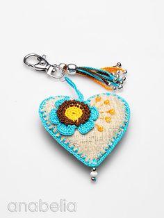 Anabelia Handmade: Corazones - she offers some free charts Cute idea Crochet Art, Love Crochet, Crochet Gifts, Crochet Flowers, Easy Crochet, Crochet Fabric, Crochet Designs, Crochet Patterns, Crochet Keychain Pattern