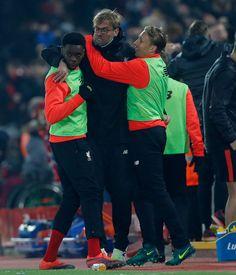 Liverpool manažér Jürgen Klopp oslavuje svoj prvý gól strelí Divock Origi