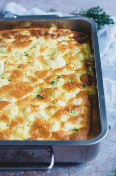 Blomkålsgratin med pikantost og forårsløg er en drønlækker ret til de kødfri dage. Spis den sammen med lækkert groft brød og smør.