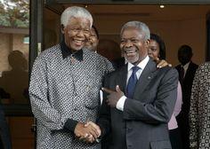 Instant de complicité : Rencontre entre le Secrétaire général de l'époque, Kofi Annan et Nelson Mandela à Houghton, Johannesburg, en Afrique du Sud, le 15 mars 2006