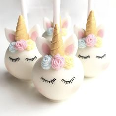 white fondant cake pops, gold horns, how to make a unicorn cake, blue pink and yellow roses How To Make A Unicorn Cake, White Fondant Cake, Unicorn Cake Pops, Gateau Baby Shower, Unicorn And Glitter, Edible Food, Salty Cake, Unicorn Gifts, Little Cakes